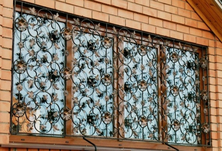 Кованая решетка на окнах
