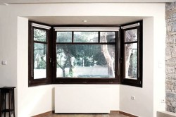 Деревянное окно в комнате