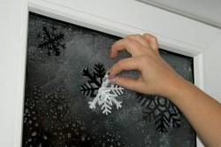Приклеивание снежинок на окно