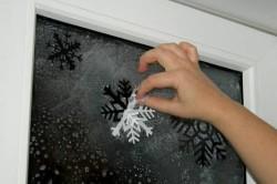 Пример украшения окна к Новому году