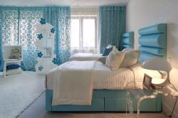 Бирюзовые шторы в спальне