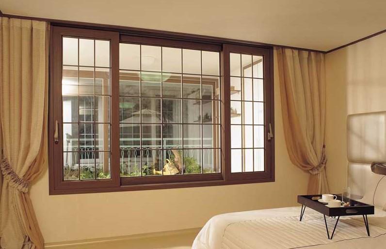 Деревянные окно в интерьере