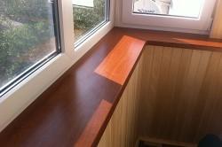 Подоконник на балконе из дерева