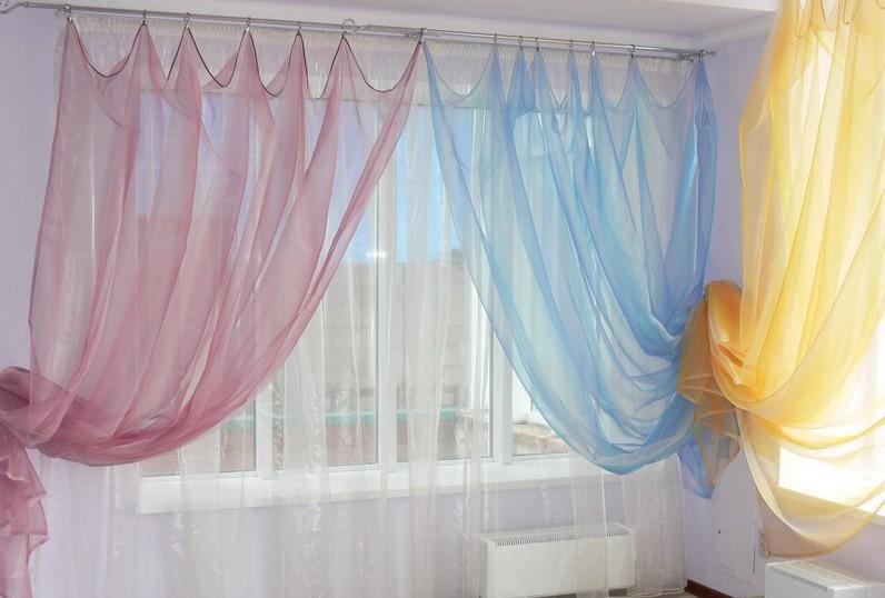Разноцветные гардины на окнах