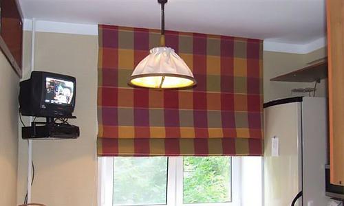 Кухня со шторой, прикрепленной без использования карниза