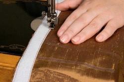 Пришивание липкой ленты к шторе