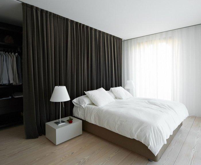 Шторы-перегородки в спальне