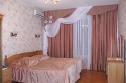Однотонные шторы в спальне