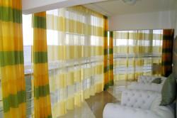 Желтые шторы в интерьере комнаты