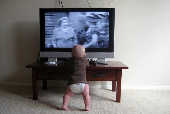 Нельзя грудничкам смотреть телевизор